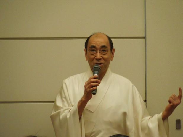 参集殿で挨拶される徳川宮司
