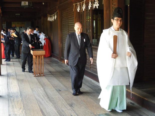追悼慰霊祭を終え退下する田中庁長と林本部長