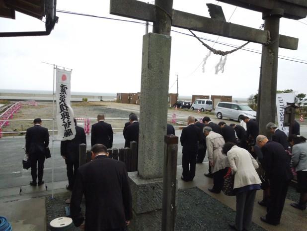 津波に遭った被災地に向かい黙祷を捧げる参加者